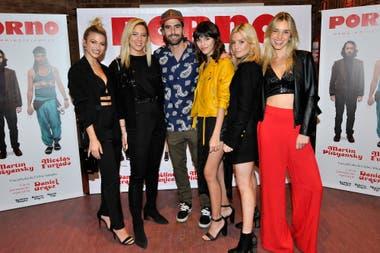 Nicolás Furtado junto a varias de sus amigas, entre ellas, Stefanía Roitman