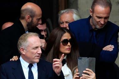 El último adiós. Salma Hayek y su marido, el poderoso empresario Francois-Henri Pinault, estuvieron en la ceremonia de despedida del expresidente francés Jacques Chirac, quien murió la semana pasada
