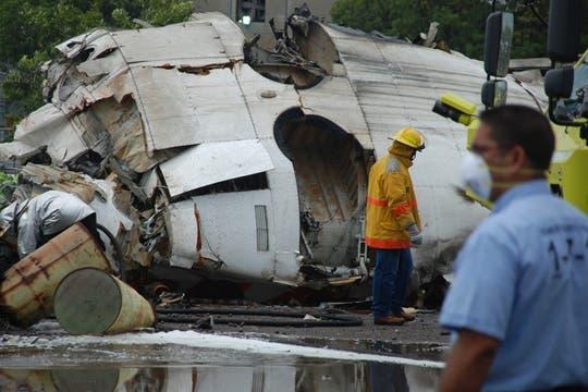Bombereos y rescatistas trabajan en la zona donde se estrelló el avión con 47 pasajeros a bordo. Foto: AP