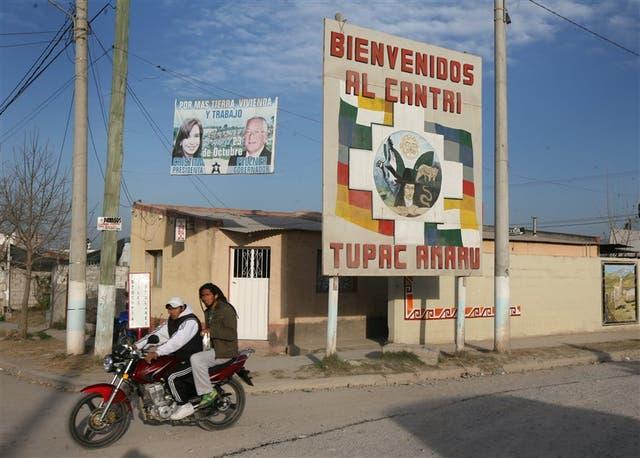 Fotos de la Presidenta y Fellner, en el ingreso a El Cantri de la Tupac