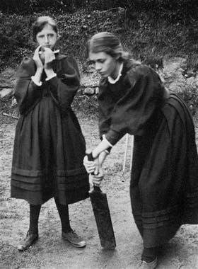 Jugando al cricket con su hermana Vanessa