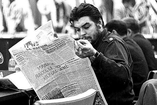 El Che lee La Nacion, Punta del Este (1961). A los embajadores siempre les pedía un ejemplar de este diario