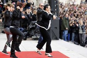 """En plena presentación en París, Psy hizo bailar su pegadizo paso del """"caballo"""" a unas 20.000 personas"""
