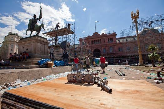 Un fuerte operativo de limpieza se montó en la Plaza de Mayo luego del megafestival organizado por el Gobierno. Foto: LA NACION/ Ezequiel Muñoz