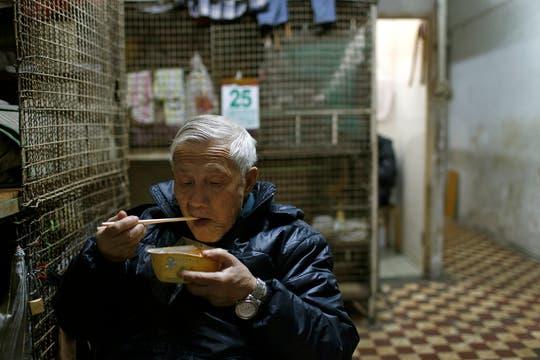 Este ex carnicero de 67 años paga mensualmente unos 167 dólares por una de las jaulas de alambre tejido parecidas a conejeras. Foto: AP