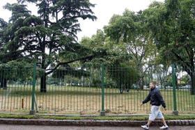 Colocación de juegos infantiles, iluminación de bajo consumo, nuevo césped y plantas y un enrejado perimetral de protección, tuvo el parque entre otras mejoras