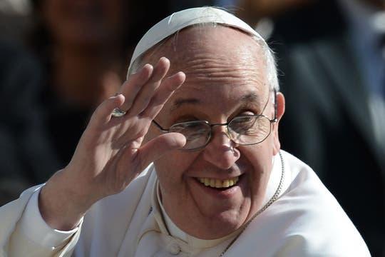 El Pontífice, muy sonriente, camino a la Basílica de San Pedro. Foto: AFP
