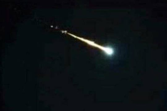 Una bola de fuego tiñó el cielo durante la noche y provocó temor y desconcierto entre sus habitantes. Foto: @nicorivero907