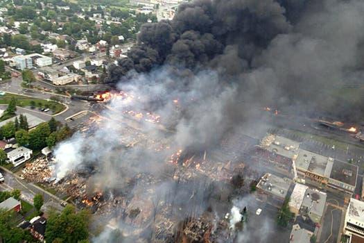 La explosión del petróleo incendió las viviendas cercanas a las vías. Foto: AFP