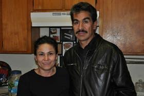Como le ocurre a muchos otros indocumentados, una falta de tránsito puso a Manuel (aquí, con su esposa) en el camino de la deportación