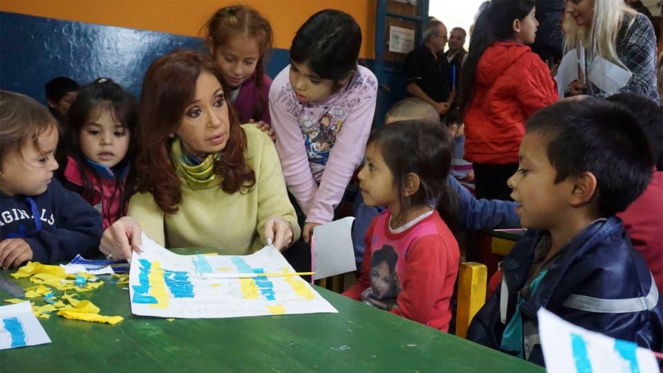 Cristina Kirchner, ayer, en el centro de niños de la Isla Maciel foto: Télam