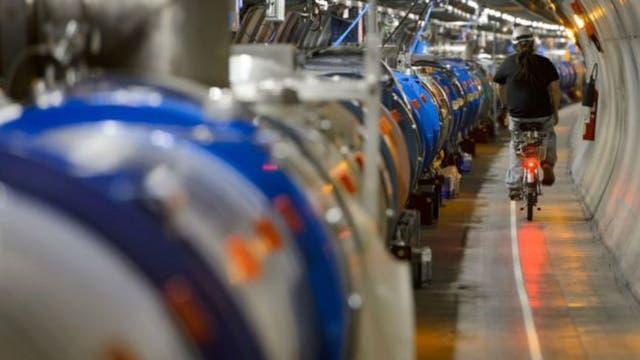 Por estos túneles se disparan protones a casi la velocidad de la luz para que colisionen
