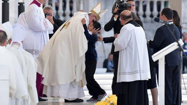 Francisco abrazó a Lucas Maeda Mourao, el niño brasileño que se salvó de una caída mortal gracias a lo que se considera un milagro por intercesión de los pastorcitos ahora santos