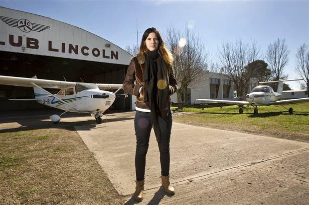 Ángela Barbero, esposa de Matías Ronzano, en el aeródromo de Lincoln