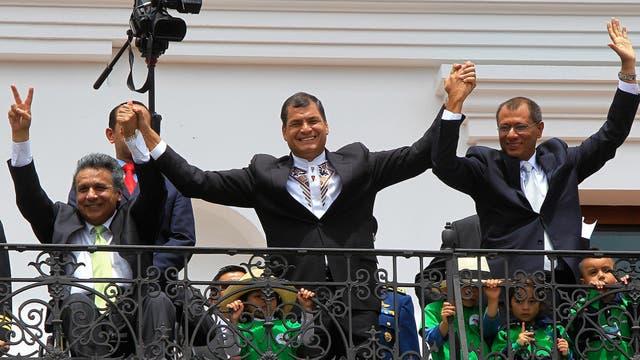 Rafael Correa, durante su reelección; el vicepresidente electo, Jorge Glass y el vicepresidente saliente Lenin Moreno en febrero del 2013