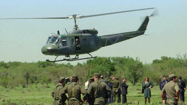 Soldados uruguayos, ayudados por un helicóptero, inspeccionan el lugar de la caída del avión