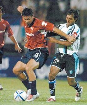Barbosa trata de controlar a Flores, autor de un golazo para Independiente