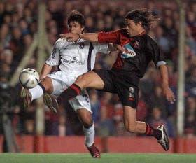Agüero, autor de los goles de Independiente, supera la marca de Maidana, anoche, en Avellaneda