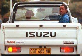 En Sudáfrica, un hombre negro viaja atrás; el perro, junto al conductor