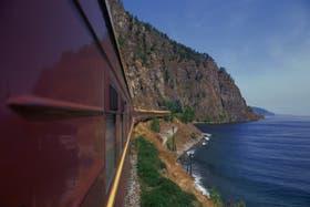 En su largo recorrido, las formaciones cruzan 16 ríos y bordean varios lagos, como el profundo Baikal, en Siberia
