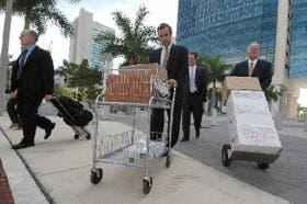 El fiscal Thomas Mulvihill (a la derecha), al llegar con sus asesores a la audiencia del viernes en el juzgado federal de Miami
