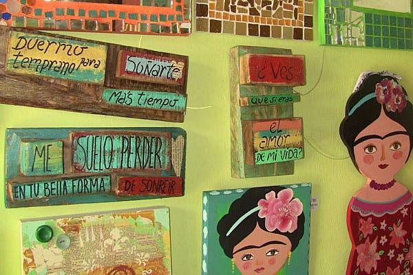 Cuadros con frases y cuadros con la imagen de Frida Kahlo. Foto: Cecilia Wall