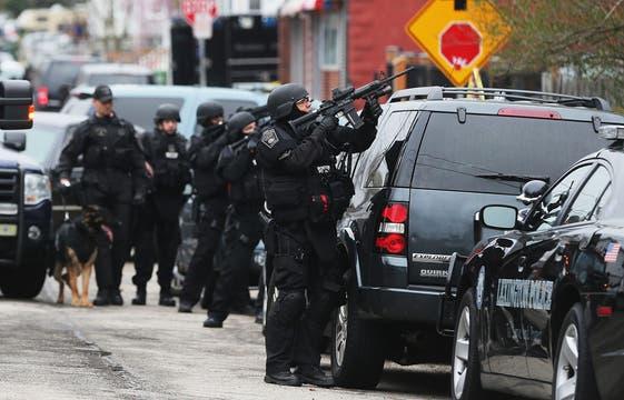 La persecución lleva ya varias horas; la búsqueda amplía el radio de acción en vez de acotarlo. Foto: AFP
