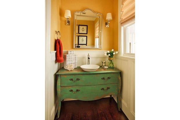 Estos muebles fueron restaurados y reacondicionados para funcionar como vanitorys con un estilo personal.  /Houzz.com