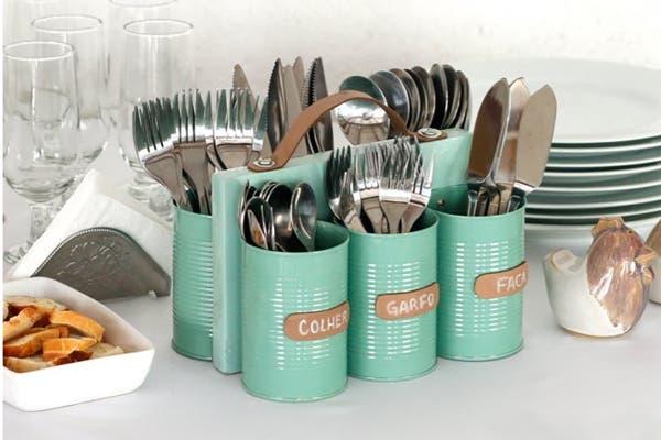 Esta es una idea DIY. Podés juntar latas en desuso, pintarlas de algún color que te guste y crear este organizador de cubiertos. Foto: http://www.handimania.com/diy/
