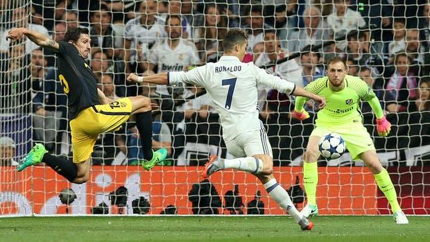 Cristiano Ronaldo despacha el remate cruzado para el segundo gol de cuenta de tres