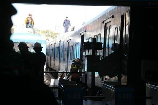 Otro tren de la línea Sarmiento chocó en la estación Once y provocó 80 heridos; no hubo víctimas fatales. Foto: LA NACION / Ricardo Pristupluk