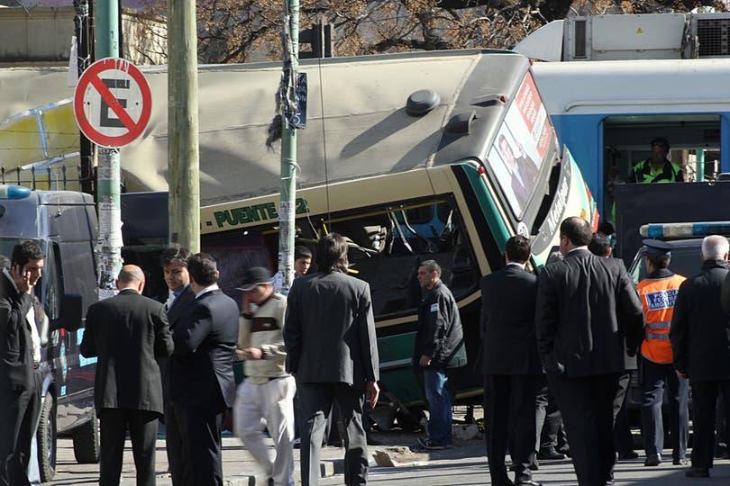 Dos trenes de la línea Sarmiento y un colectivo chocaron a la altura de Flores hay varios muertos y más de 160 heridos. Foto: LA NACION / Gastón de la Llana