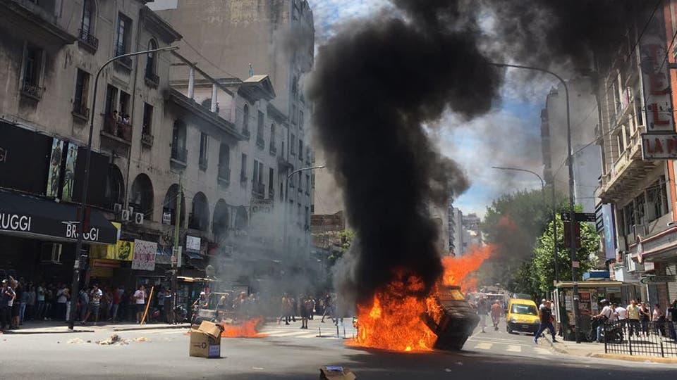Tensión en Once: la Policía reprimió a los manteros que cortaban la avenida Rivadavia. Foto: LA NACION / Soledad Aznarez