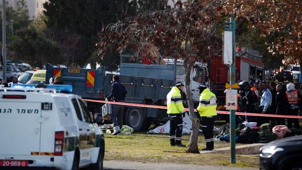 Las fuerzas de seguridad de Jerusalén rodean al camión que atropelló a al menos diez personas