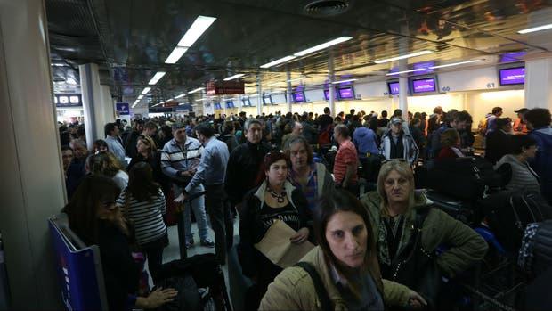Un paro complicó a pasajeros de LATAM