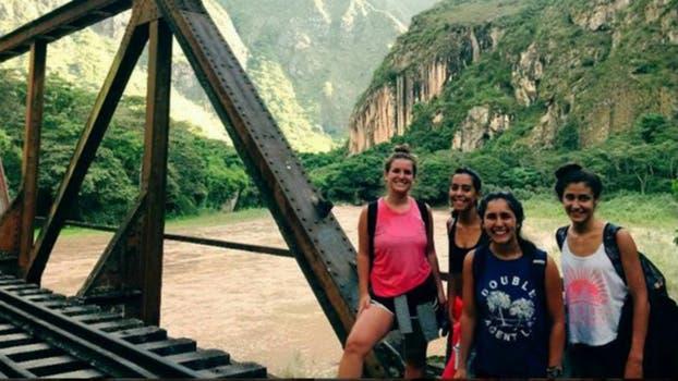 Las cuatro amigas en la Central Hidroelectrica Machupicchu.