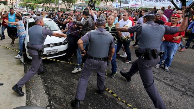 Frente a la casa de Lula, simpatizantes del ex líder chocaron con la policía