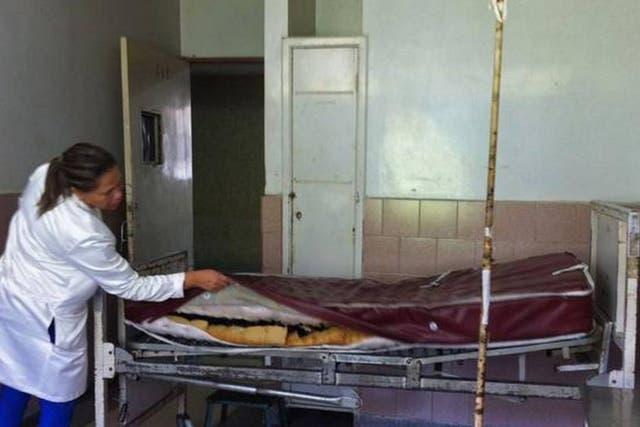 Una cama de hospital en pésimas condiciones en el Hospital Central de Maracay, Venezuela