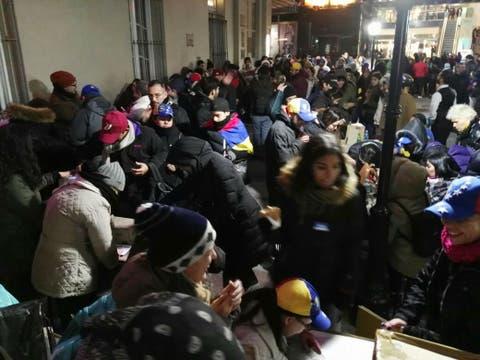 A pesar del frío, miles de venezolanos asistieron a votar.
