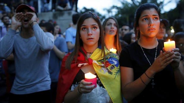 Manifestantes opositores hicieron una vigilia ayer por los muertos