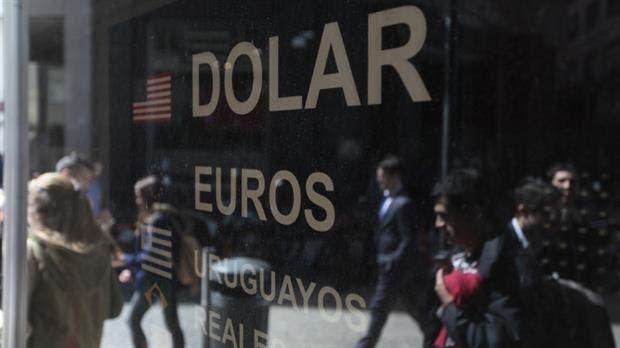 El dólar no detiene su caída y cotiza a $15,50 en el mercado minorista
