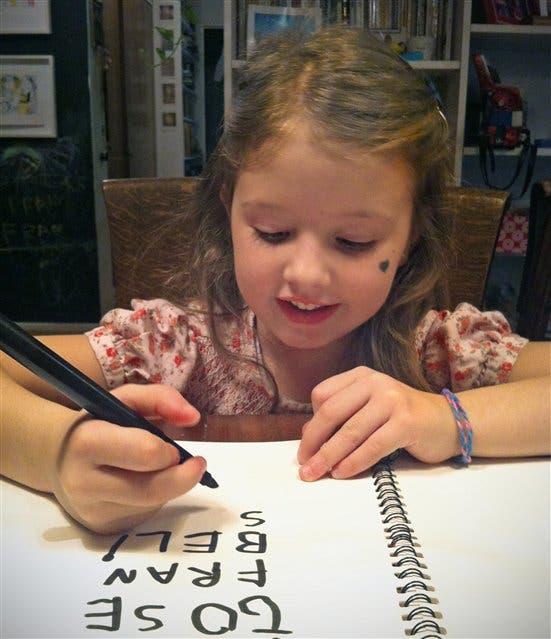 Francisca Lucini tiene 4 años y ya escribe los nombres de sus amigos