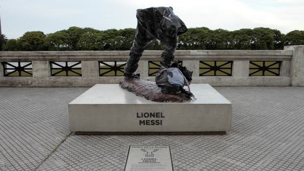 Decapitan y mutilan la estatua de Messi de la Costanera Sur