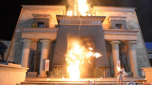 El Moisés y los diez mandamientos, la séptima plaga de Egipto se materializa en una tormenta de granizo y fuego.