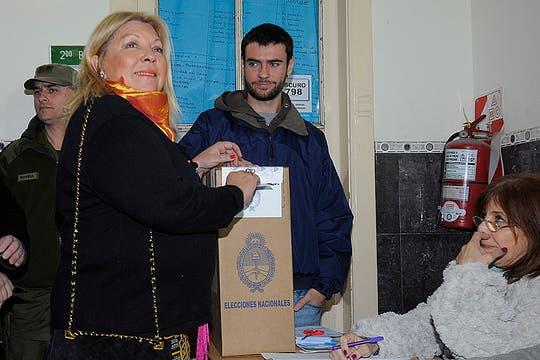La precandidata a diputada Nacional por Coalición Sur en UNEN, Elisa Carrió votó hoy a las 10 en la Escuela Onésimo Leguizamón ubicada en la esquina de Santa Fe y Paraná. Foto: Prensa Carrió