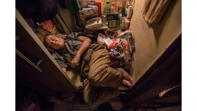 Cheung Chi-fong, de 80 años, duerme sin poder estirar sus piernas