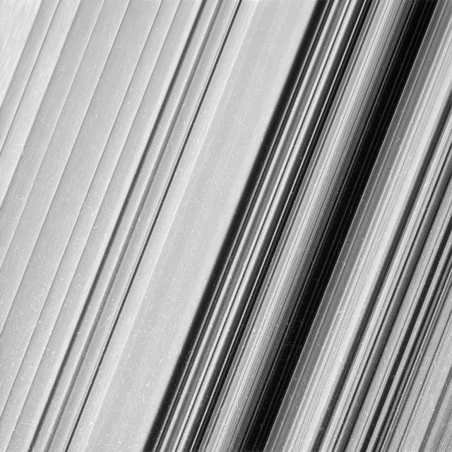 Esta imagen muestra una región en el anillo B externo de Saturno