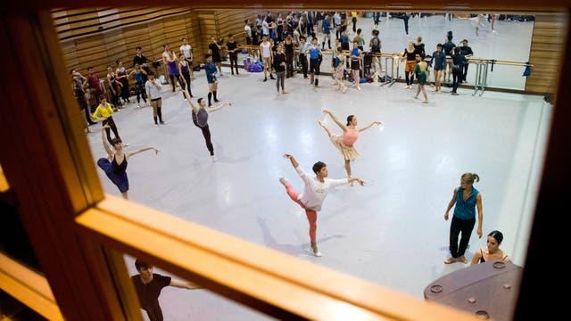 Los bailarines toman una clase con el maestro de ballet de España África Guzmán