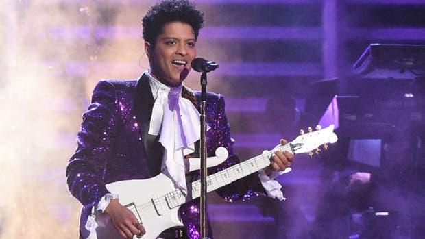 Bruno Mars, artista invitado en la canción más firmada del año, Uptown funk