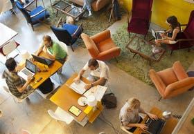 Estación de trabajo.Buena señal Wi-Fi y café es casi todo lo que se necesita para reemplazar a la oficina tradicional; en el Urban Station de Palermo, profesionales de diferentes rubros trabajan codo a codo en la tarde del miércoles pasado